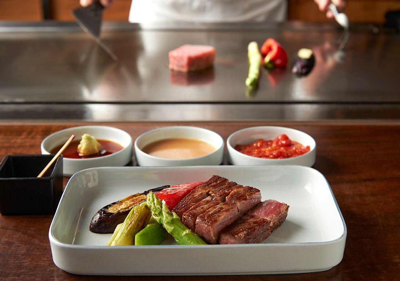 厳選された旬の食材をインターナショナルなテイストで仕上げる革新的な鉄板焼