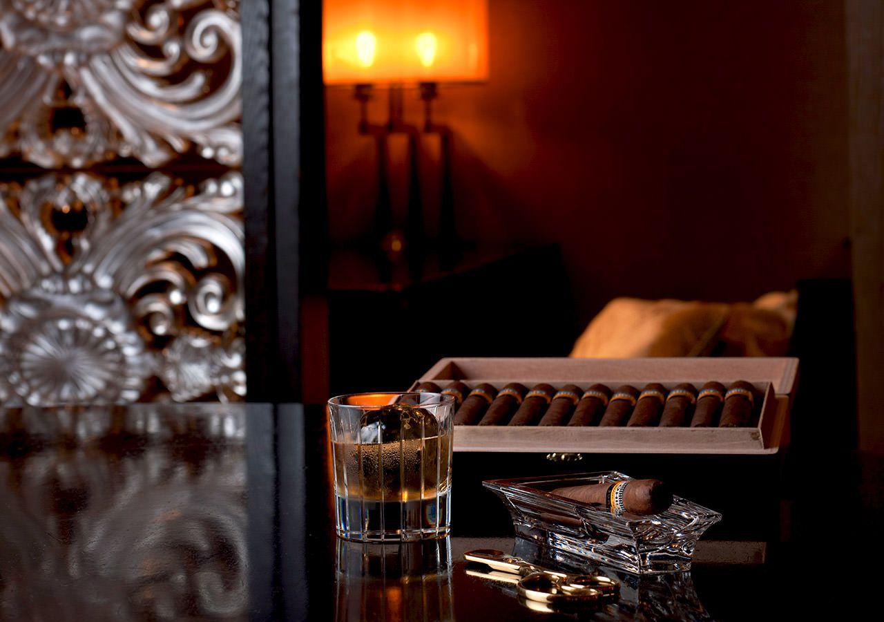 ガスランプの炎と大きなガラスのパーティションが印象的な大人のためのシックなジャズ ラウンジ