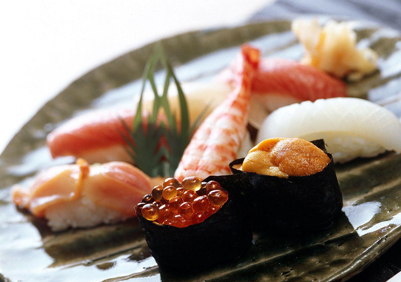 新鮮な海の幸を中心にしたこだわりの食材を、確かな腕をもつ選りすぐりの職人が握る江戸前寿司